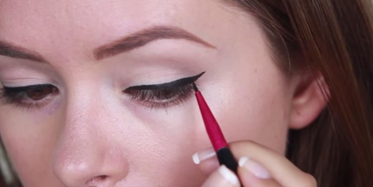 Liquid Eyeliner Tanya Burr tutorial